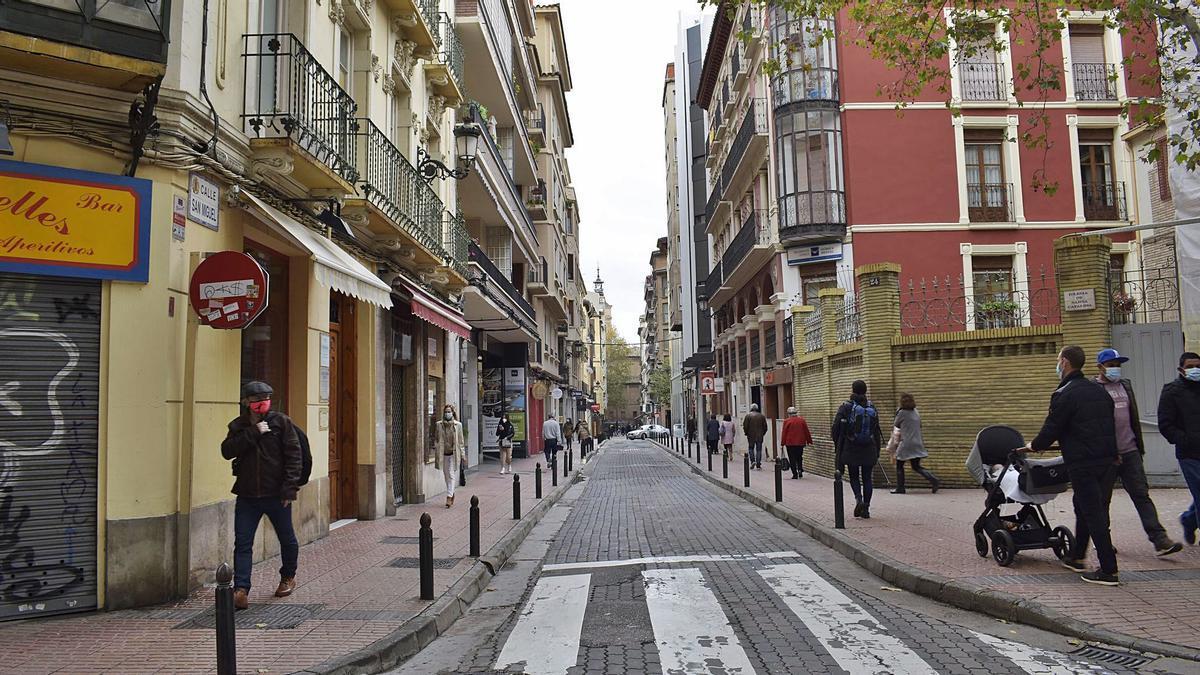 El adoquinado de la calle asfalto está muy deteriorado y con elementos sueltos y bacheados.   FOTOS: ANDREEA VORNICU