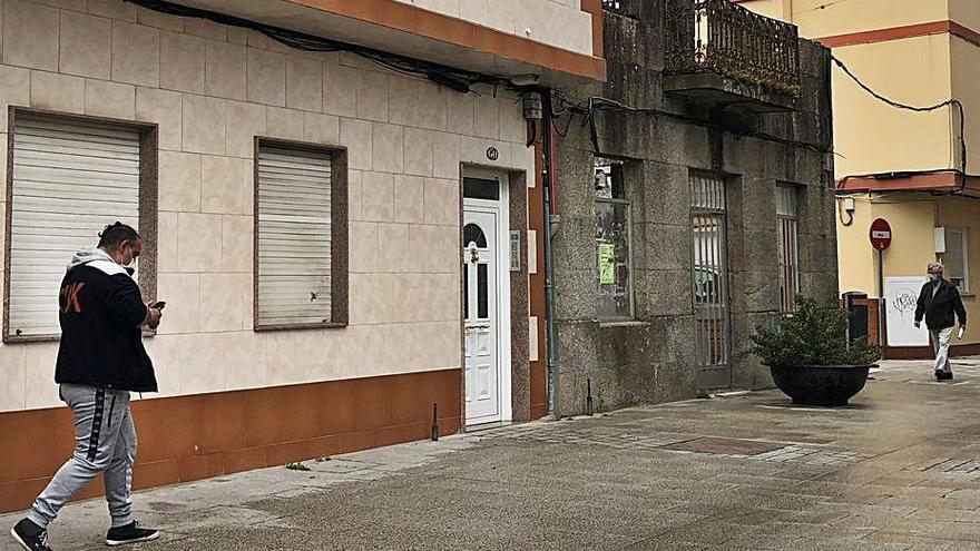Los vecinos de O Forte avisan del riesgo de caída de dos fachadas y el Concello valora apuntalarlas