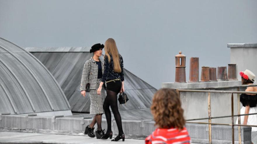 Una mujer ajena al show irrumpe y desfila en el pase de los diseños de Chanel