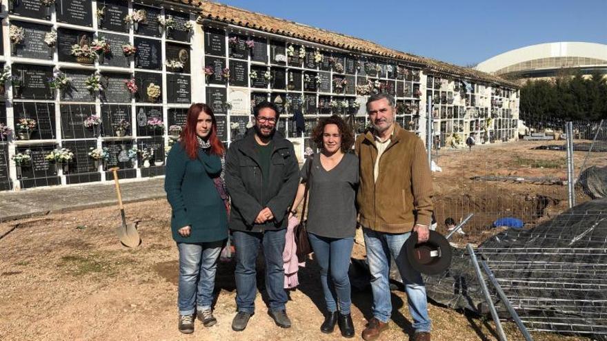 Parlamentarios de Adelante Andalucía visitan las fosas del Cementerio de la Salud