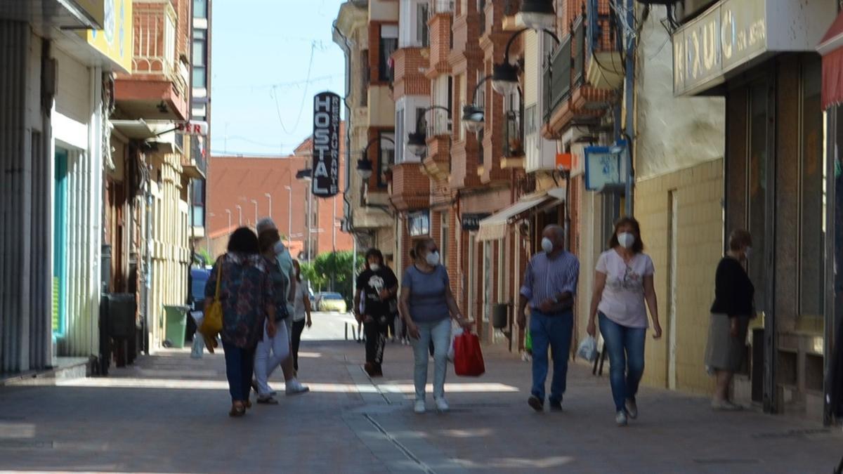 Gente paseando por la calle Herreros con mascarilla.