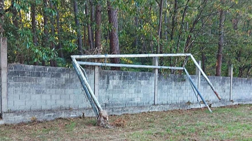 La maleza hace de portero en los campos de fútbol