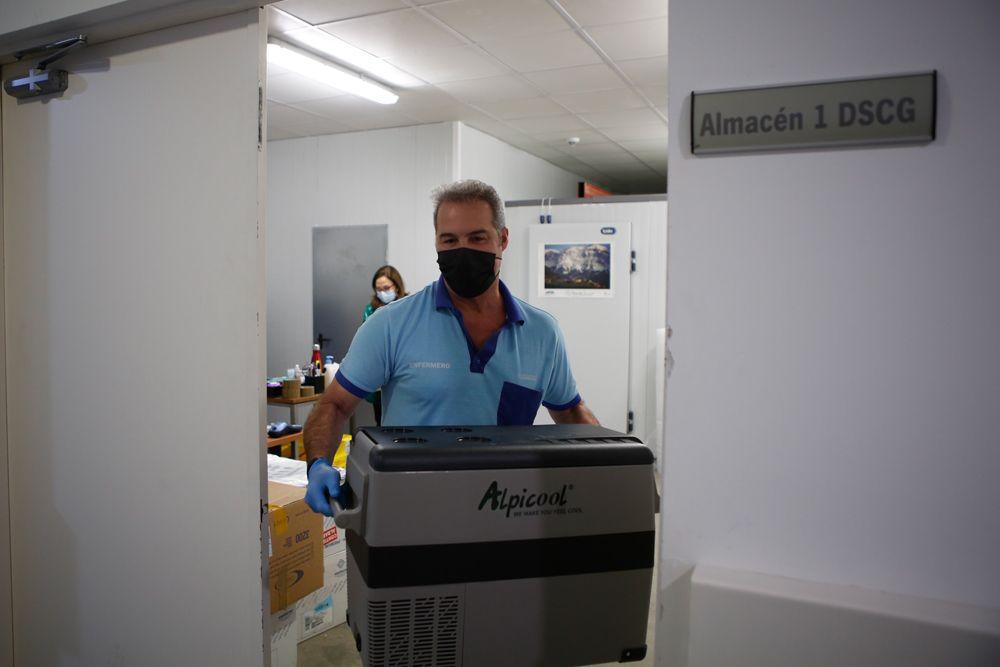 Los equipos de vacunación salen desde la nevera de almacenaje hacia los distintos centros de vacunación