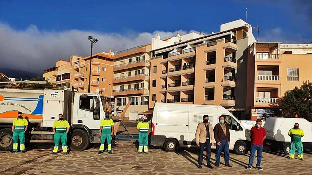 El alcalde, Airam Puerta, con algunos de los nuevos operarios del servicio de limpieza. | | E.D.