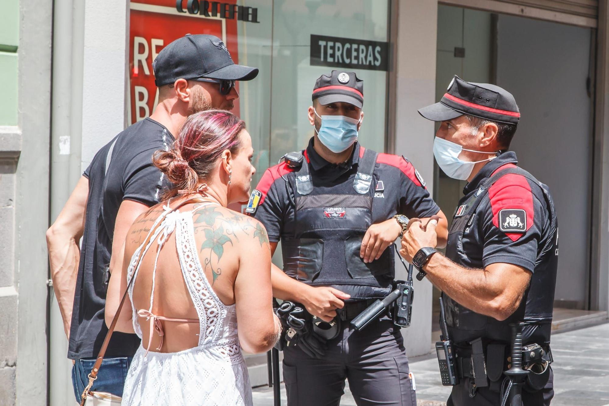 La Policía Canaria vigila el uso de la mascarilla en Triana