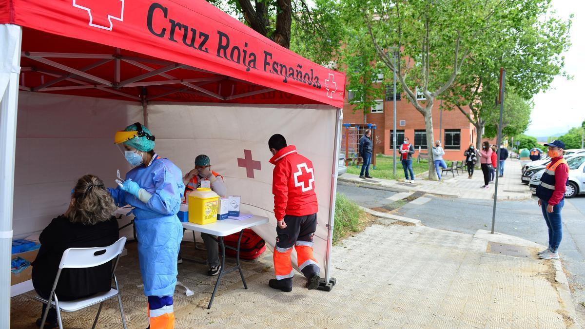 Carpa de Cruz Roja, donde una mujer se hace las pruebas, con otras esperando