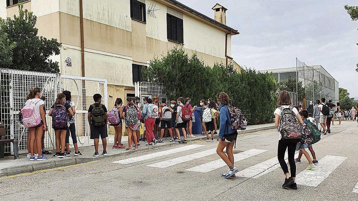 Algunos padres del CEIP Son Juny de Sant Joan recogen firmas para cambiar la jornada.
