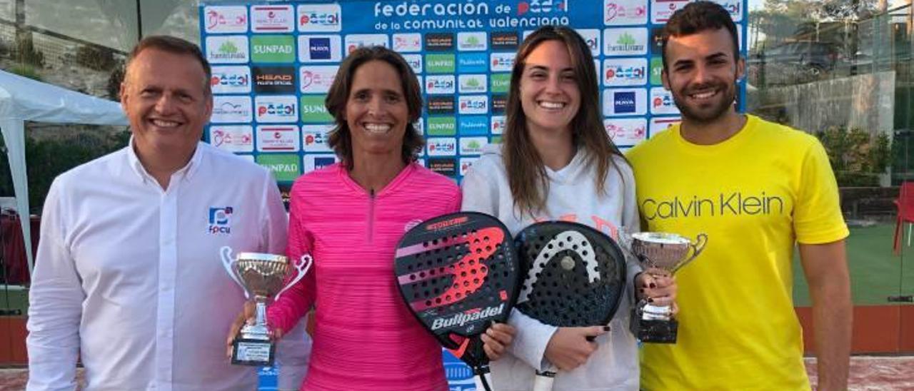Lorena y su compañera Tamara con los trofeos de campeonas