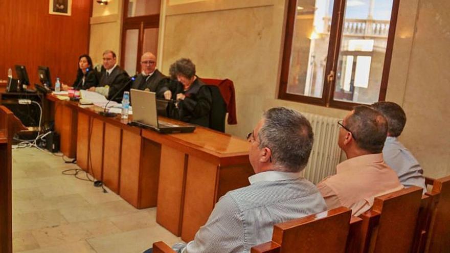 Dos policías condenados por coacciones, en el homenaje a un investigado por corrupción