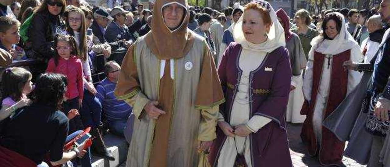 Na Violant y la reina de las fiestas depositaron una corona en la figura de Jaume I.