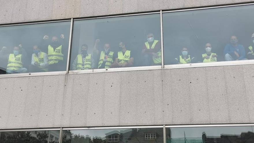 Los trabajadores de Alcoa se encierran en los concellos de Viveiro y Xove