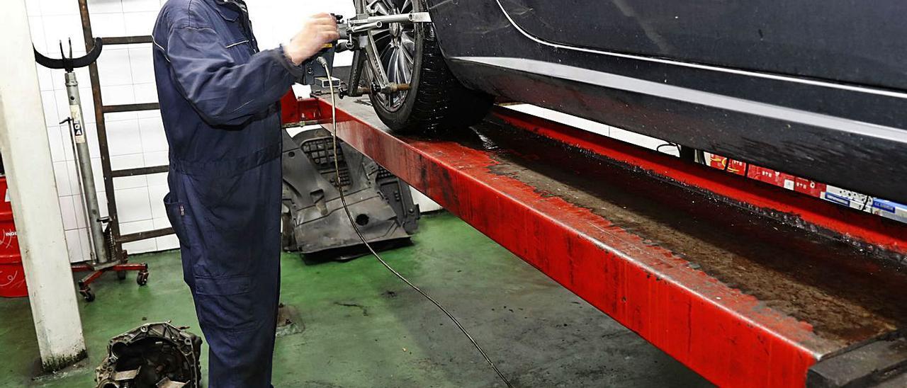 Los talleres mecánicos son la principal fuente de producción de aceite usado.
