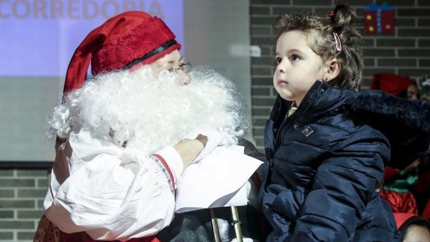 Acomiaden a una venedora per revelar la identitat del Pare Noel a una nena