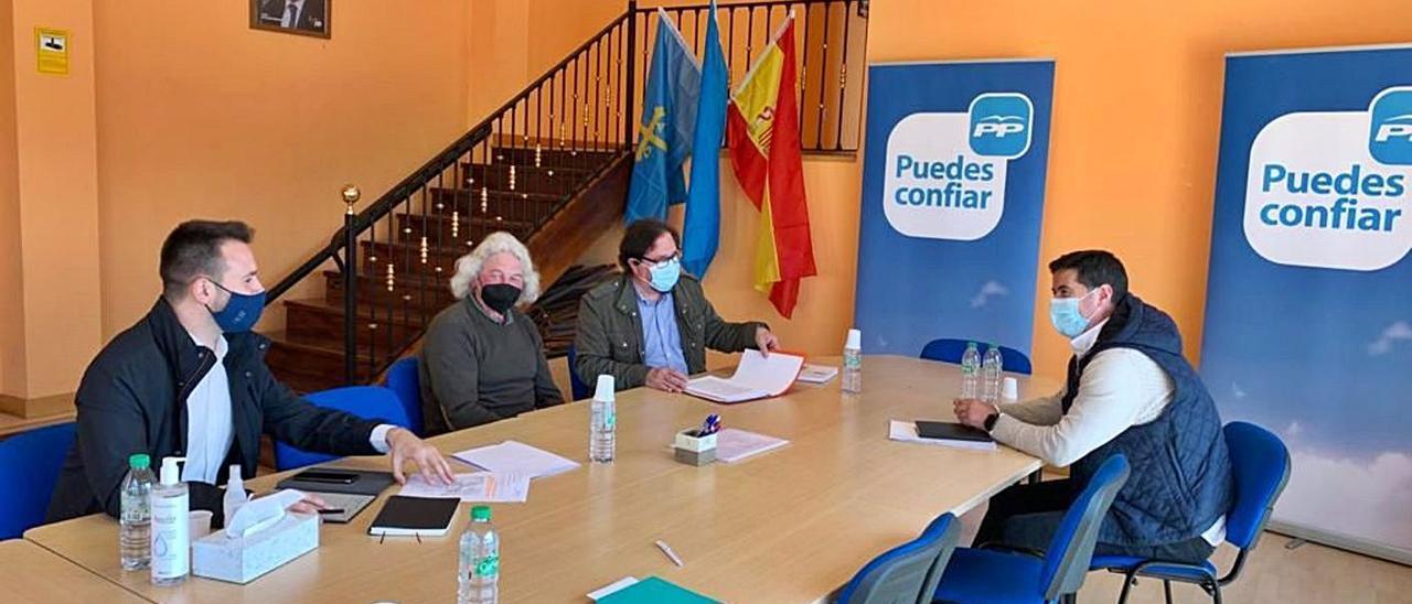Por la izquierda, Álvaro Queipo, Ramón Cuervo, Luis Álvarez y Silverio Argüelles, ayer, reunidos en la sede local del PP, en Posada de Llanera.   R. A. I.