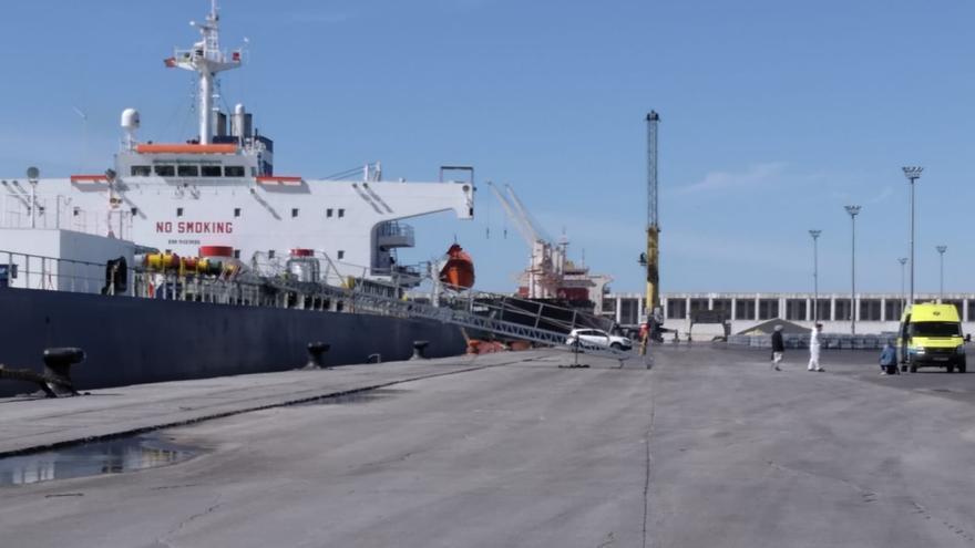 Tres tripulantes con síntomas de COVID-19, trasladados en ambulancia desde el puerto de A Coruña