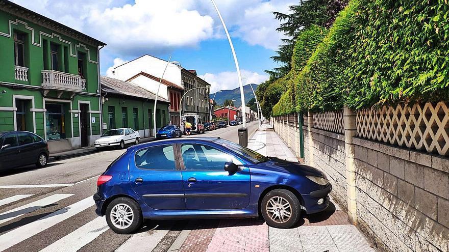 Un herido leve tras chocar un coche y una ambulancia en La Felguera