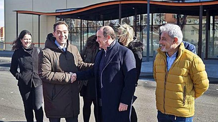 El alcalde Luciano Huerga estrecha la mano del director general de Gadisa Santiago Codesido