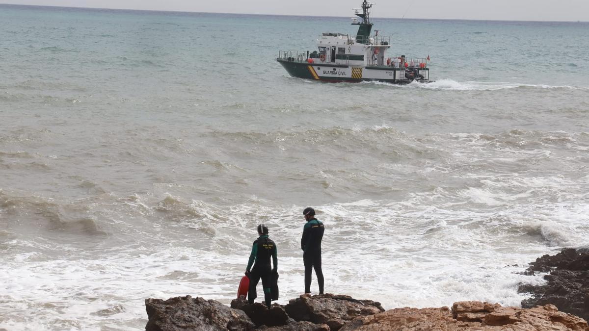 Despliegue para la búsqueda y rescate de un hombre desaparecido este jueves mientras se bañaba en las calas de Torrevieja