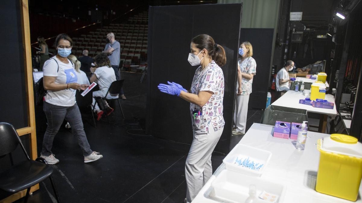Una infermera, durant un torn de vacunació a Xàtiva