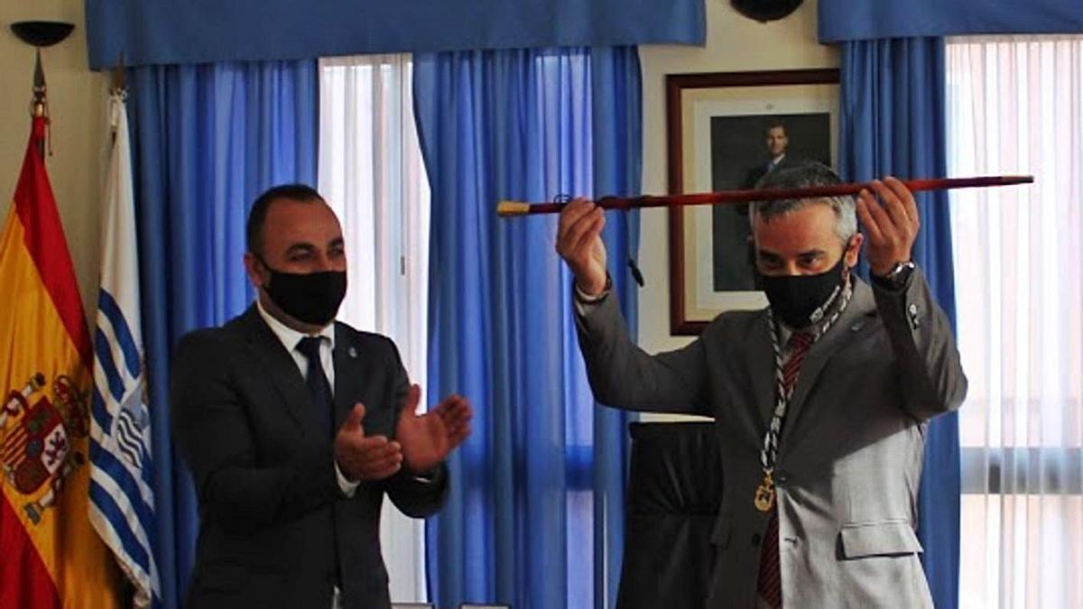 Jesús Ezequiel Domínguez recibe el bastón de mando de manos del concejal Jonay Méndez.