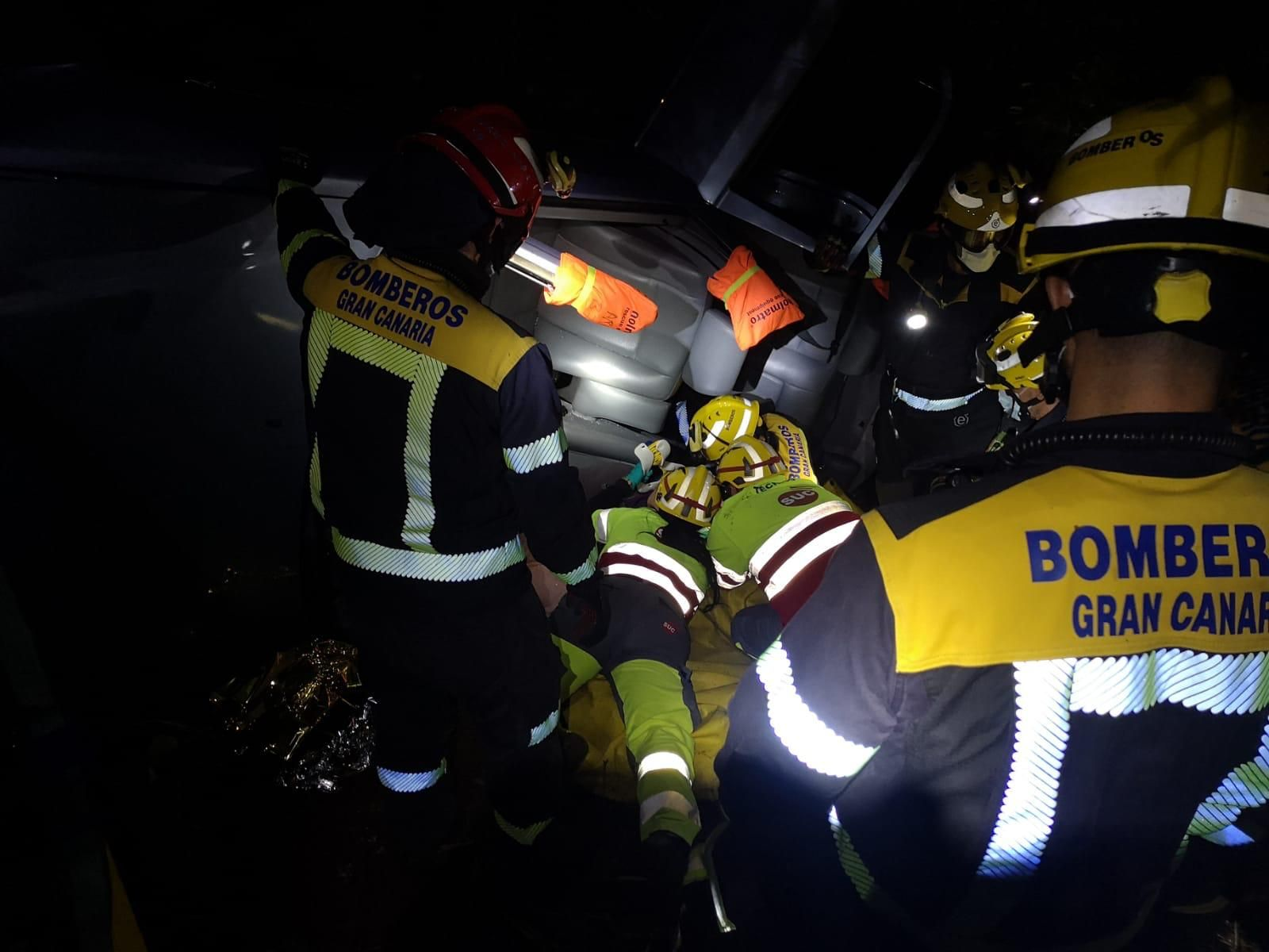 Un coche cae desde 15 metros en una calle de Teror (24/06/2021)