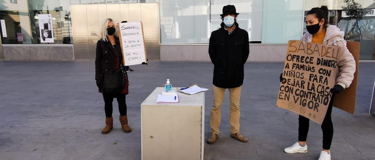 Varias vecinas participaron en la protesta frente al banco. D.I.