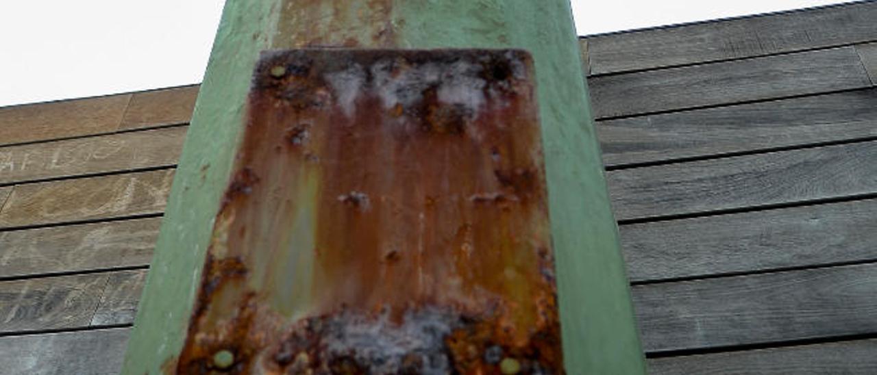 Torreta de la luz erosionada por el salitre.