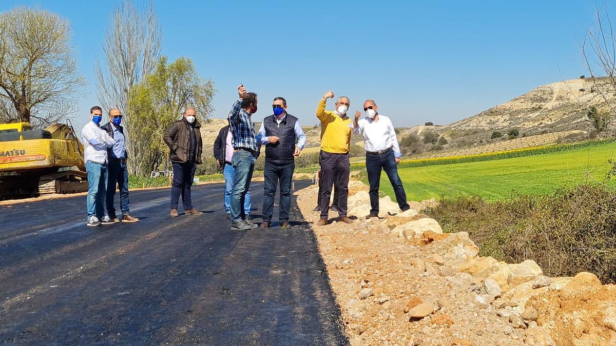 Visita de los diputados Barrios, Faúndez y Sánchez visitan las obras de la carretera que une Corrales del Vino con Fuente el Carnero.