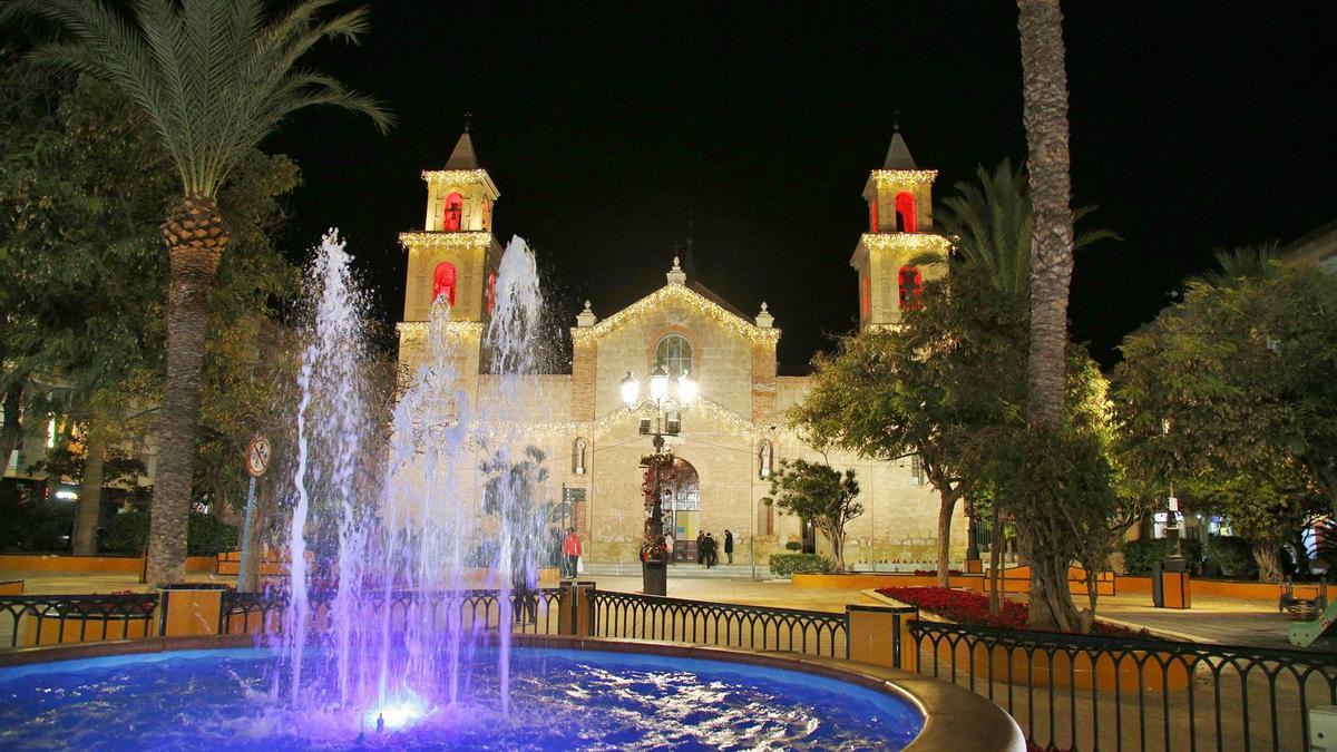 Imagen de la iluminación de Navidad 2020  en la fachada de la iglesia de La Inmaculada con el llamativo rojo en los campanarios