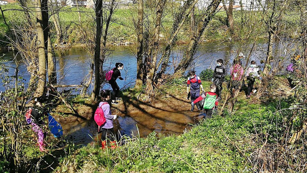 El río Cubia de Grado, más limpio gracias a los escolares | REPRODUCCIÓN DE S. ARIAS