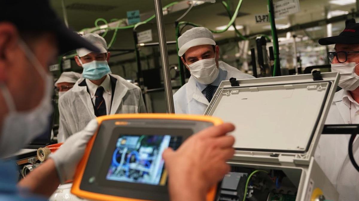 El presidente Juanma Moreno, junto a Ignacio Díaz de Tuesta, cirujano del Hospital Regional, investigador e inventor del prototipo.