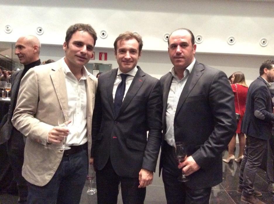 El redactor de Deportes de Información Lucas V. Belmar; el presidente del Hércules, Carlos Parodi y el director deportivo del club, Dani Barroso
