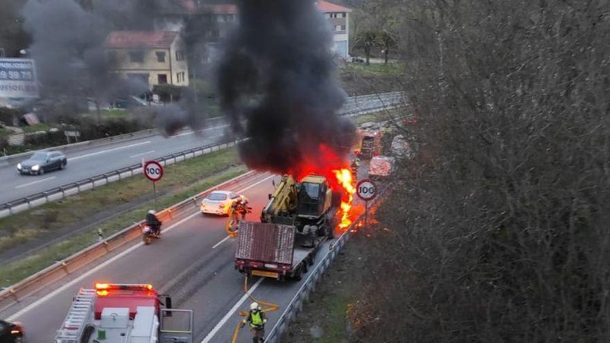 VÍDEO: Arde un camión en la Autopista en las inmediaciones de Oviedo