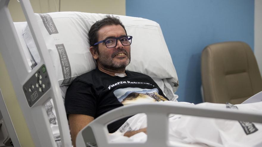 Roberto Mañez, a l'Hospital La Fe, amb la samarreta que li ha dissenyat un amic moter.