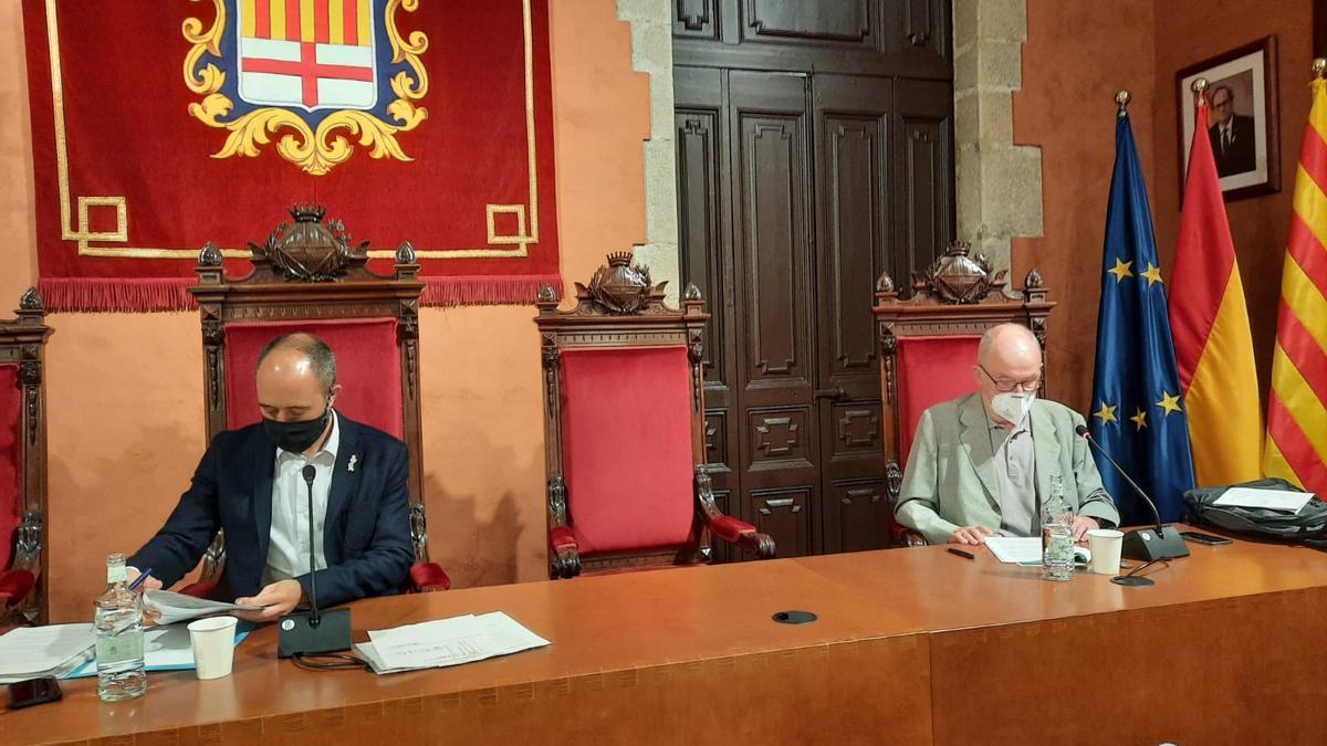 Rafael Ribó Massó (dreta), amb Marc Aloy, al ple de Manresa d'aquest 17 de juny