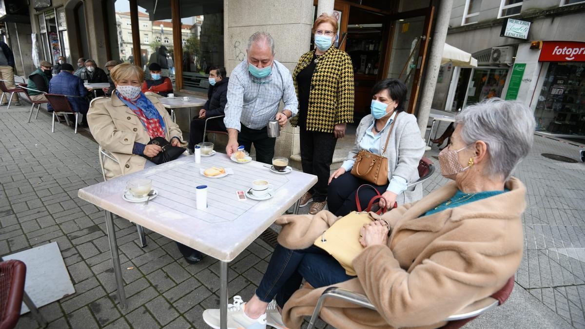 Las terrazas reciben a los primeros clientes de la desescalada, esta mañana en Pontevedra.