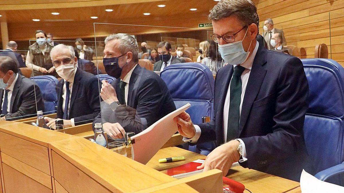 Feijóo, en su escaño del Parlamento, junto a Alfonso Rueda y Francisco Conde.