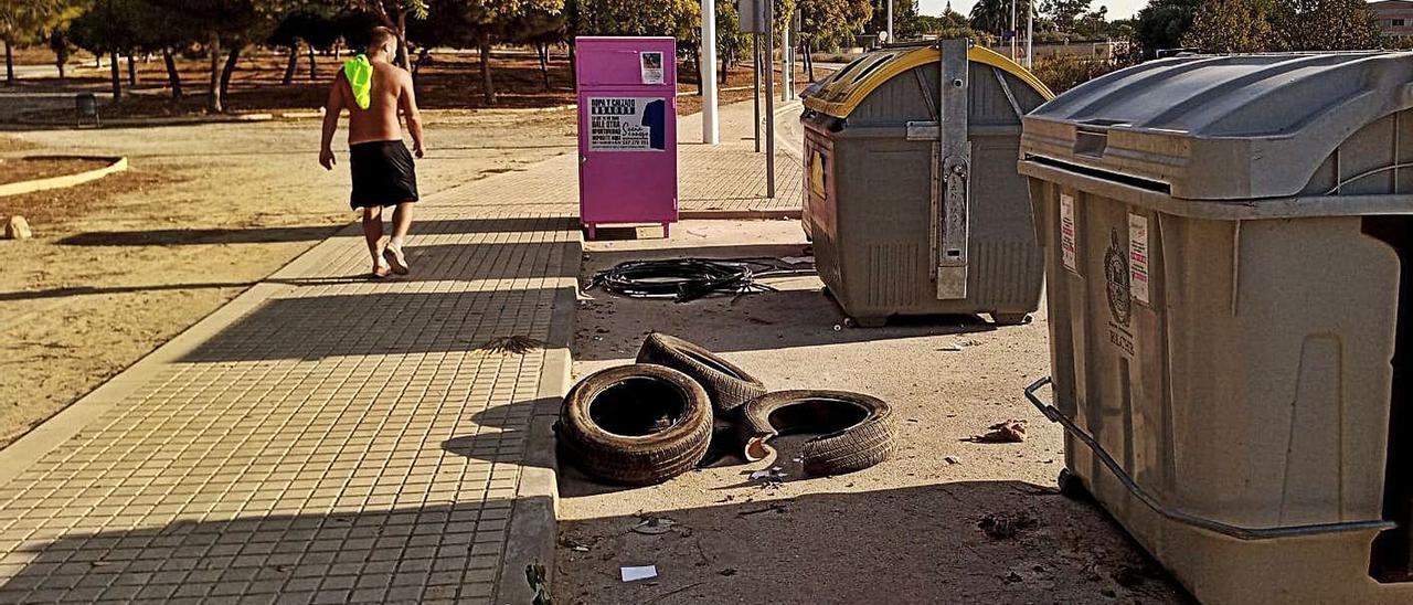 Zona en la que aparecen aguas residuales, sobre todo de noche, y coinciden con basura.   ANTONIO AMORÓS