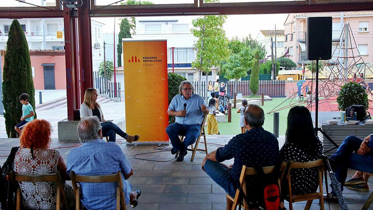 Joan Tardà i Etna Estrems van conversar a la plaça Catalunya de l'Escala