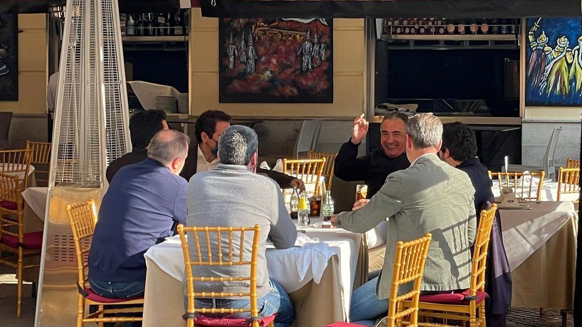 En la fotografía se ve a los seis miembros populares y al dueño del establecimiento y solo Teodoro lleva puesta la mascarilla.