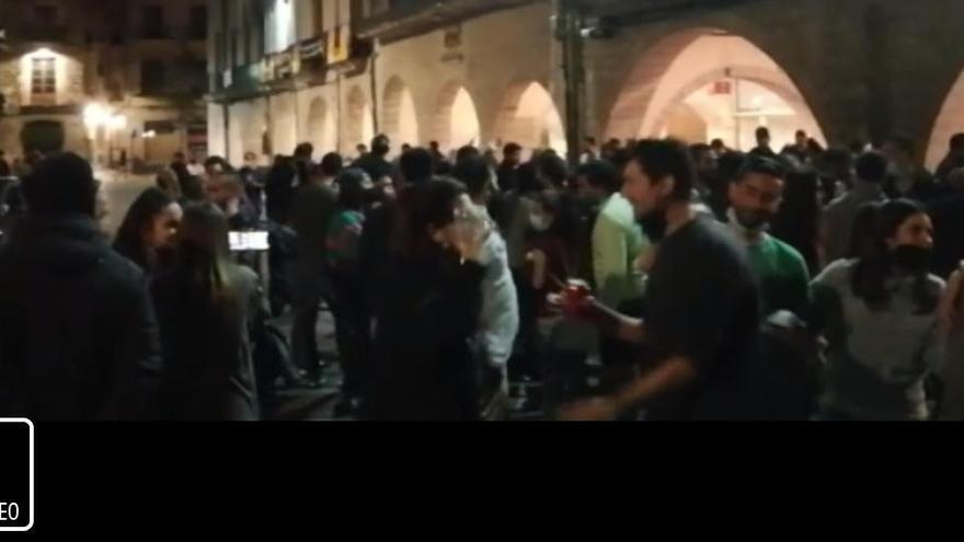 Festa davant de l'ajuntament de Girona per celebrar la fi de l'estat d'alarma