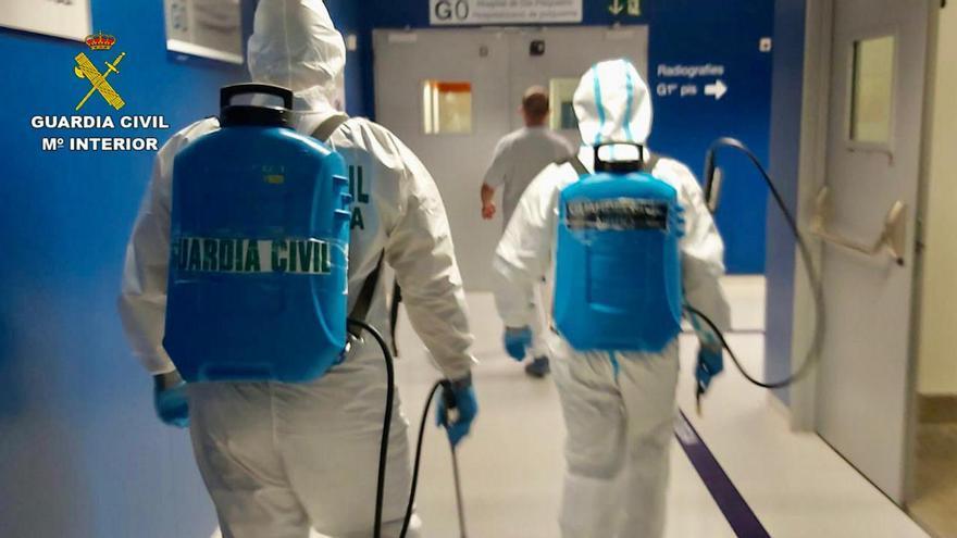 La Guardia Civil desinfecta el hospital Can Misses de Ibiza