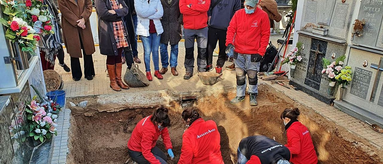 Excavación en el cementerio de Gandia con la exalcaldesa Morant y la consellera Rosa Pérez.   NATXO FRANCÉS