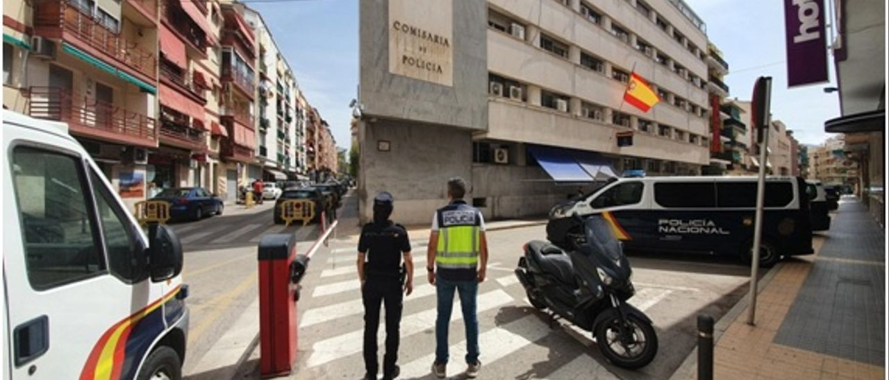 Dos policías frente a la Comisaría de Benidorm.