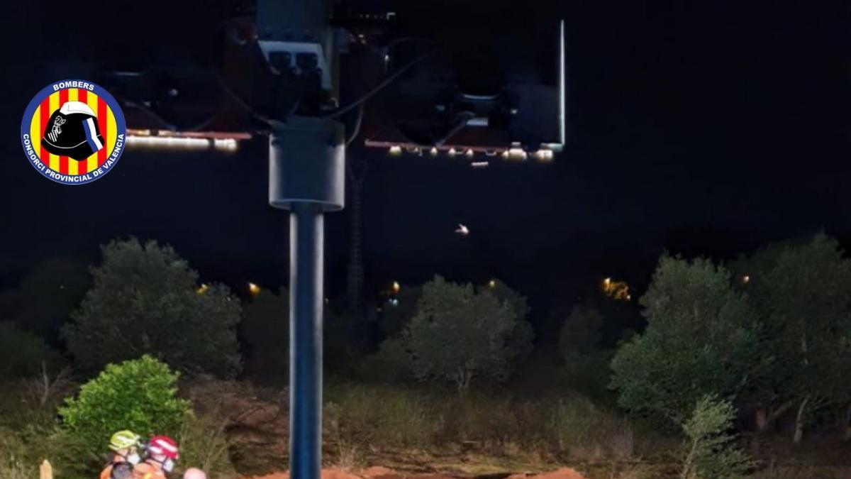 Bomberos intervienen en la fuga de agua en Godella (Valencia)