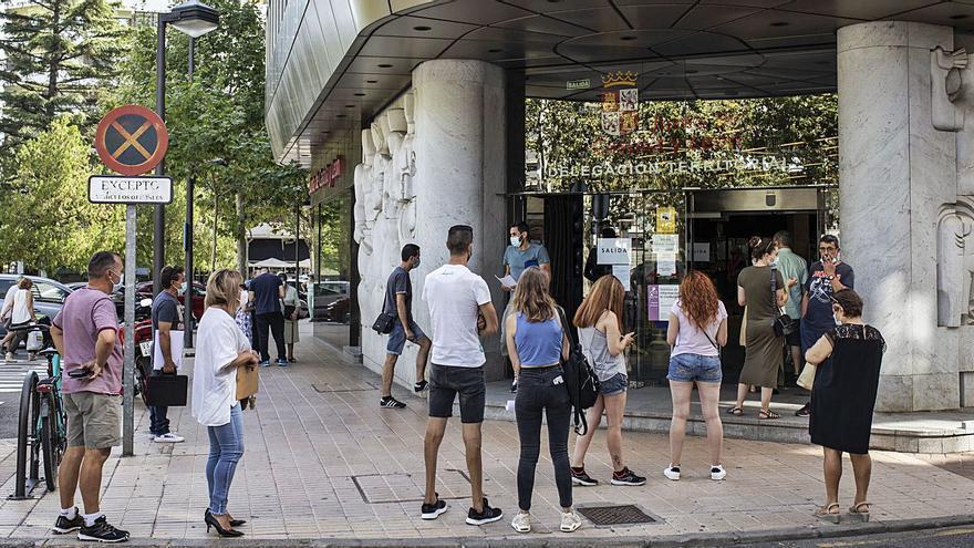 Los afectados por los ERTE en Zamora forman colas para reclamar las ayudas de la Junta