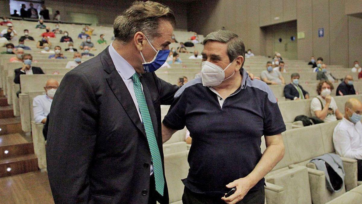El presidente del Deportivo, Fernando Vidal, saluda a Lendoiro.