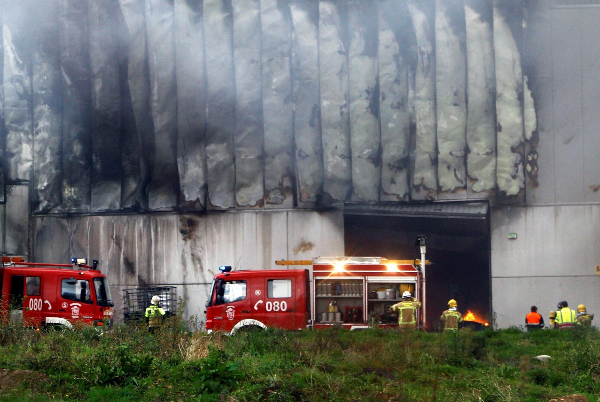 Un incendio destruye una nave de reciclaje en Cabanas