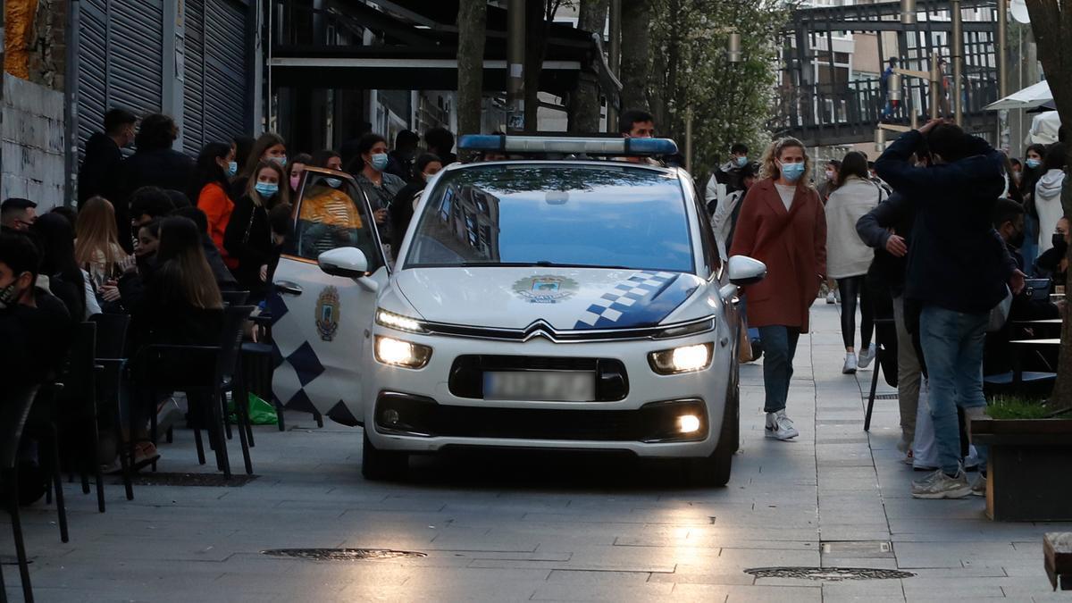 Una patrulla en labores de control en el centro de Vigo.