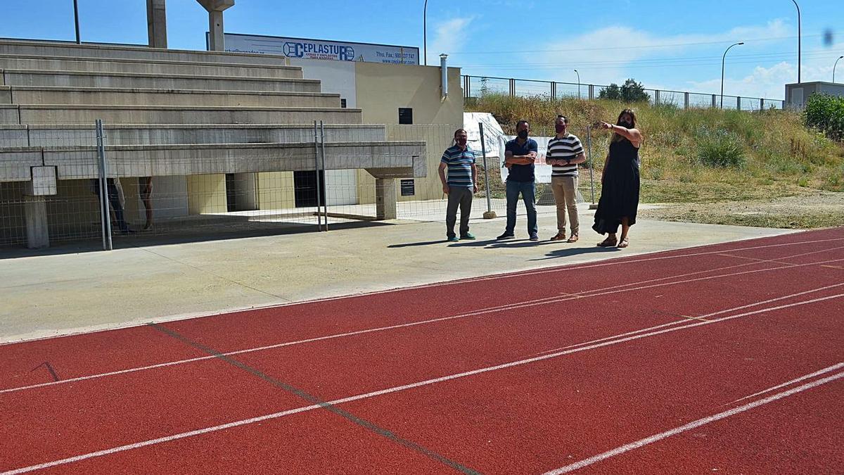 Representantes municipales y de la empresa que ha realizado los vestuarios, en las pistas de atletismo.   E. P.